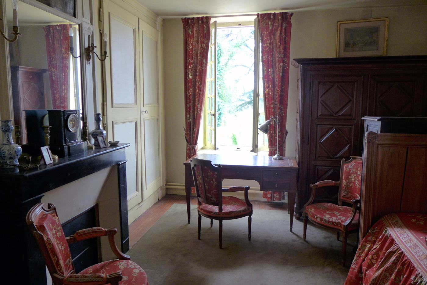 Manoir vendre sur 2 ha avec d pendances indre et loire Study table facing window